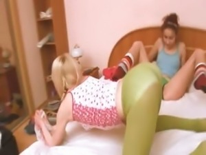 Russian chick getting kinky with chick