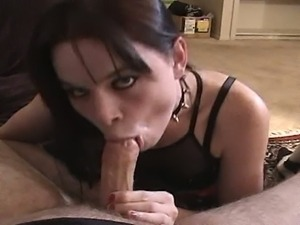 Goth bitch gets her clam munched before blowjob