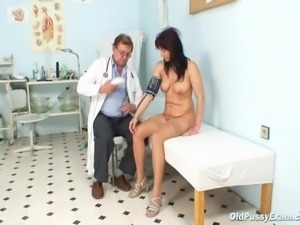 Mature Livie visiting her gyno doctor for pussy speculum mature gyno exam