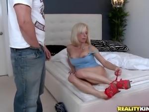 blonde milf likes deepthroating