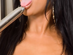Brunette angel Priya Rai gets her twat done