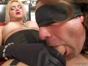 Blonde shemale Bianca SM dressed in black gets her hard