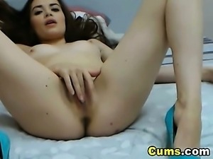 Cute Cam Babe Fingers her Pussy to Orgasm