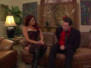 Dominatrix Tiffany Mynx shows off her big bubble ass and