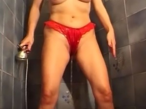 Kinky MILF pees on herself while she is shaving her naughty cunt.