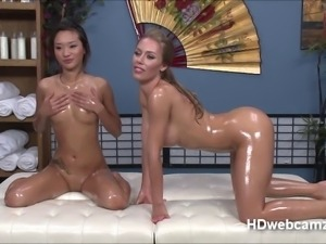 Nicole Anistons stars in a web cam show and start playi