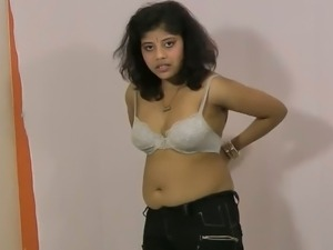 Indian girl Rupali changes clothes