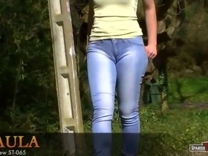 Hot teen in blue jeans shows cameltoe