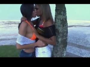 deep tongue kiss 3377