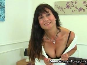 British milf Lelani loves stuffing her creamy pussy