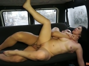 Chubby black haired cougar gets her kitty stretched on the back seat of van...