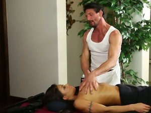 Boobalicious brunette bitch August Taylor sucks hard dick of massage...