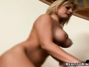 Blonde porn diva Velicity Von gives sensual headjob hard dicked guy