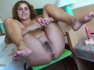 Mature mom Erica loves to pee and play with herself