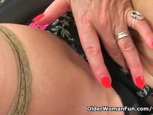UK gilf Camilla lets a pocket vibrator hum away on her clit