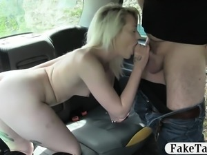 Sexy blond babe railed in her pink muff in the backseat