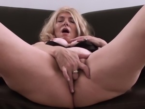 Nasty blonde gets comfortable for a great solo session