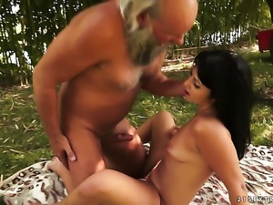 Brunette satisfies guys sexual needs in tugjob action