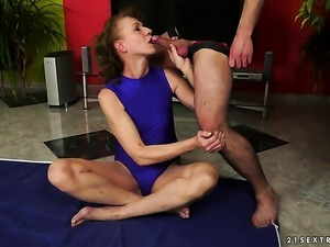 Blonde shows her love for meat stick sucking