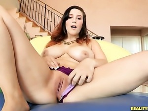 Brunette Noelle Easton is too hot to stop masturbating