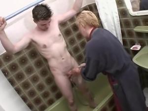 Une mature avec un jeune homme