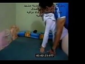 رجل إيراني في فندق بمدينة مشهد, ممارسة...
