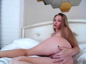 Solo beauty Faye Reagan toying her moist pussy