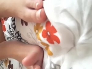 Pantyless gf shows tight pussy, sexy feets toes